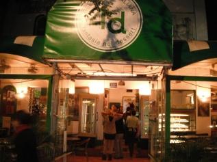 Cafeladeria 4D along Avenida Angamos Oeste at night.